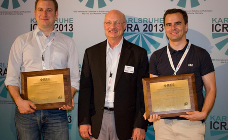 Jan Peters (right) recieves the award. Picture: Max Planck Institute for Intelligent Systems.